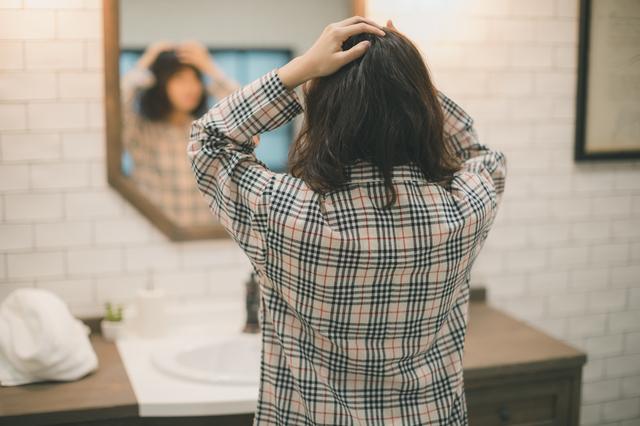 美容室で失敗したと嘆いている女性