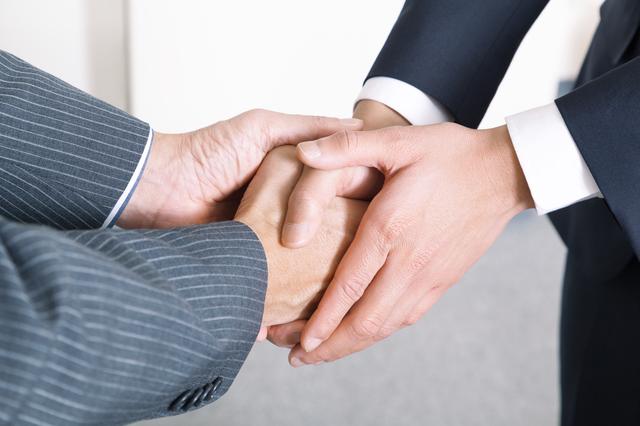 仲良く握手